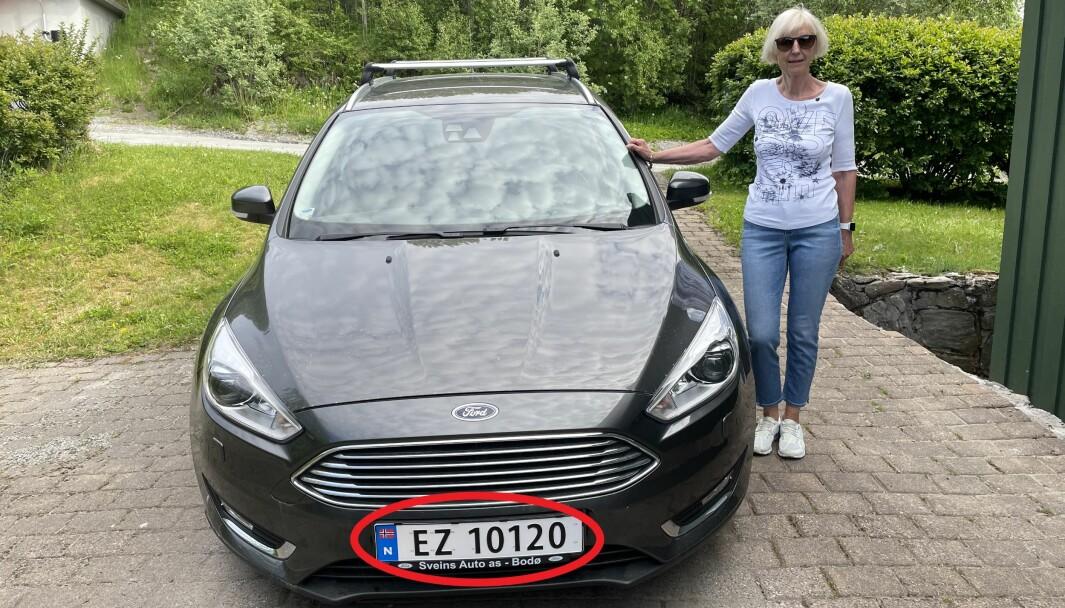 FEIL SKILT: Toril V. Lundestad med sin Ford Focus, som ikke går på elektrisitet.