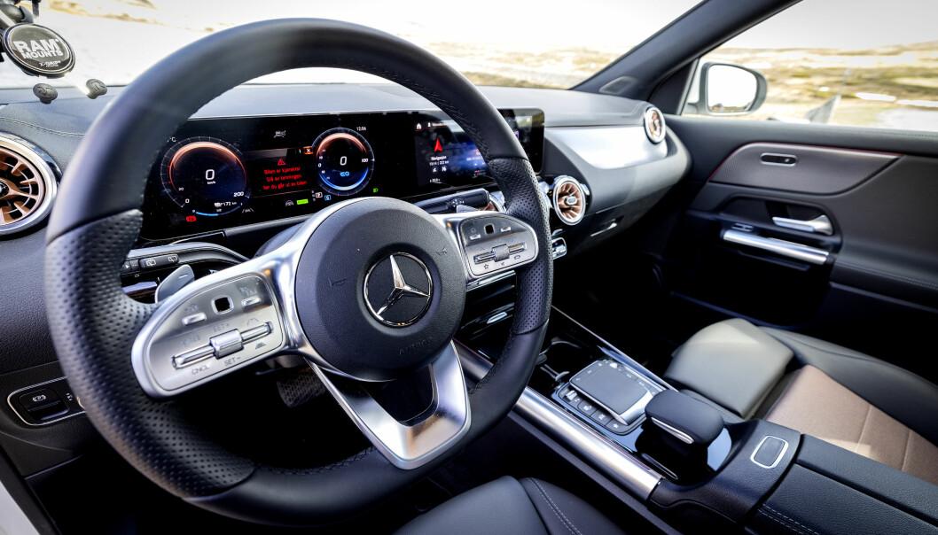 """<span class="""" font-weight-bold"""" data-lab-font_weight_desktop=""""font-weight-bold"""">LUKSUS: </span>Førermiljøet er kjent fra øvrige Mercedes-modeller, men er fortsatt moderne. Instrumenter og skjermer er meget gode og setene utsøkte."""