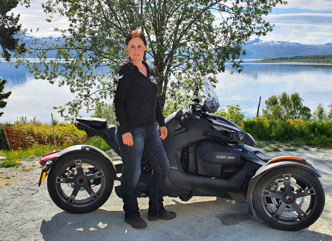 """<span class=""""font-weight-bold"""" data-lab-font_weight_desktop=""""font-weight-bold"""">INSEKTSOMMER: </span>Marianne Olsen kaller sykkelen «Kleggen» fordi den ligger som en ... klegg på veien."""