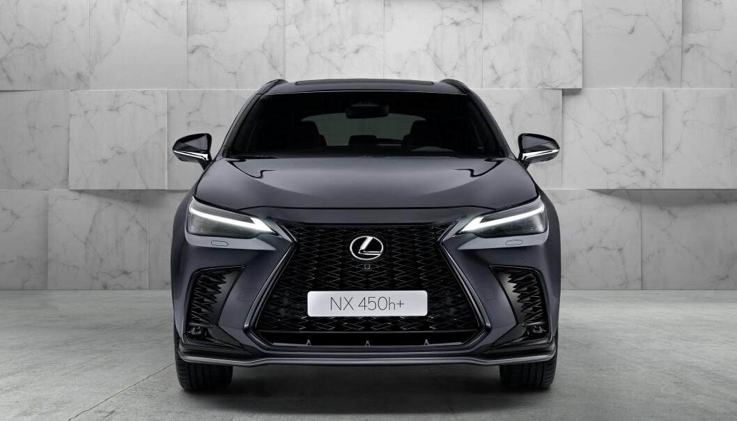 """<span class="""" font-weight-bold"""" data-lab-font_weight_desktop=""""font-weight-bold"""">RAV4-BASERT: </span>En luksus-versjon av Toyotas suksess-modell er det man kan anse Lexus 450h+ for å være. Det er slett ikke til forkleinelse for modellen, selv om Lexus selv nokønsker at man skal se dem som noe helt for seg selv. Både design utvendig og interiøret gjør da også at bilen av kundene utvilsomt vil oppleves som en helt egen og annerledes modell."""