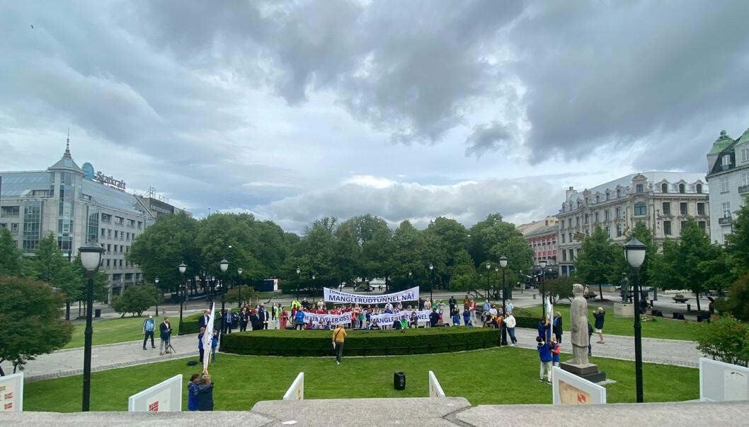 MARKERING: Demonstranter foran Stortinget ba om tryggere vei og mindre støy på Oslo øst. De fikk gode ord, men ingen vedtak, under mandagens NTP-debatt.