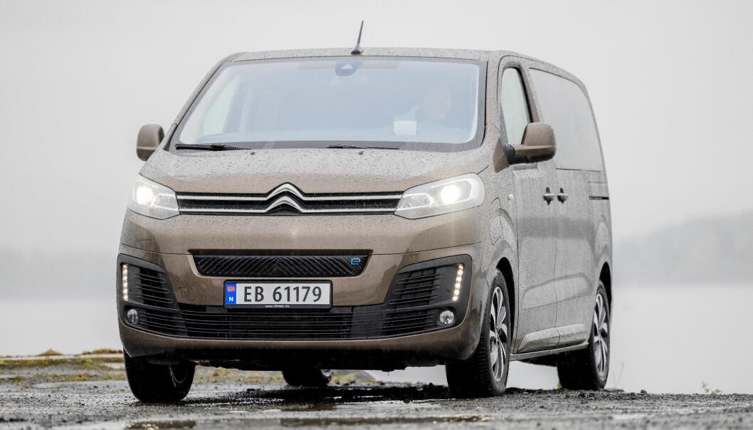 """<span class="""" font-weight-bold"""" data-lab-font_weight_desktop=""""font-weight-bold"""">TRILLING:</span> Med unntak av den merketypiske fronten, er SpaceTourer prikk lik Peugeot e-Traveller, Toyota Proace Electric og Opel Zafira-e."""