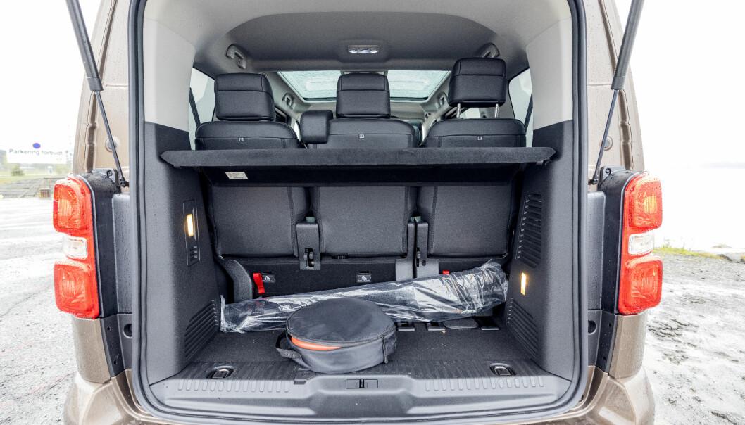 """<span class="""" font-weight-bold"""" data-lab-font_weight_desktop=""""font-weight-bold"""">ROMSLIG: </span>Med alle sju setene på plass, er det over 600 liter bagasjerom igjen. Kasseformen gjør bilen svært praktisk."""