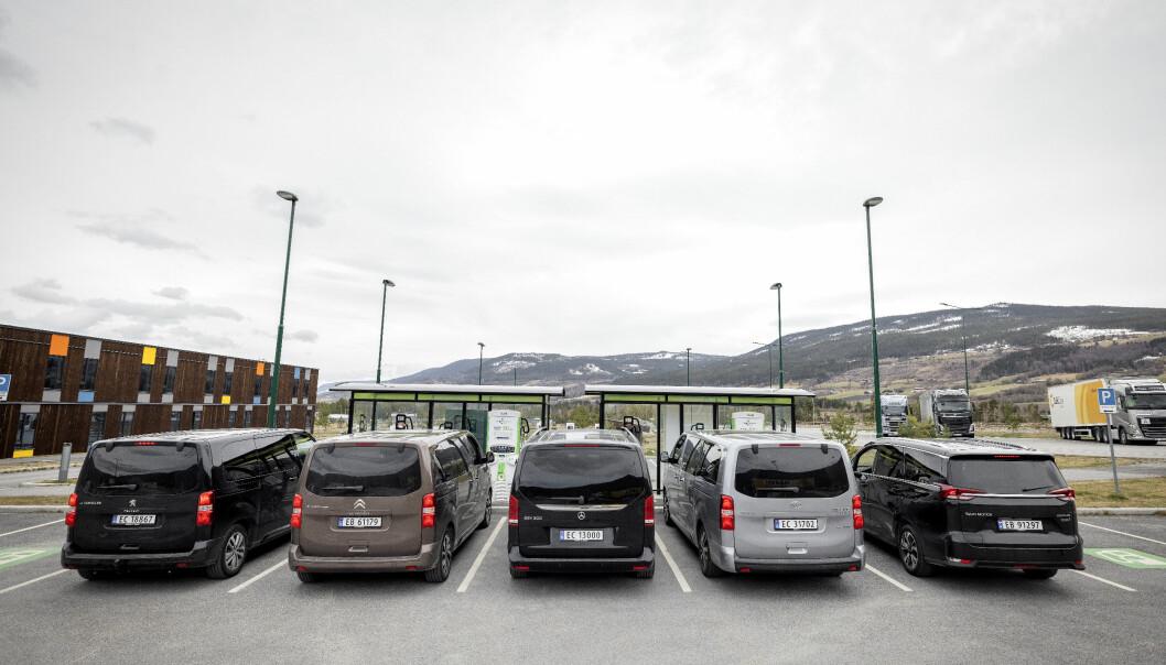"""<span class="""" font-weight-bold"""" data-lab-font_weight_desktop=""""font-weight-bold""""> BOKSEFORM</span>: Bilenes praktiske egenskaper sees godt fra denne vinkelen. Bare kinesiske Maxus (t.h.) skiller seg litt ut utseendemessig. Mercedes EQV (i midten), flankert av trillingene Peugeot (t.v.), Citroën og Toyota."""
