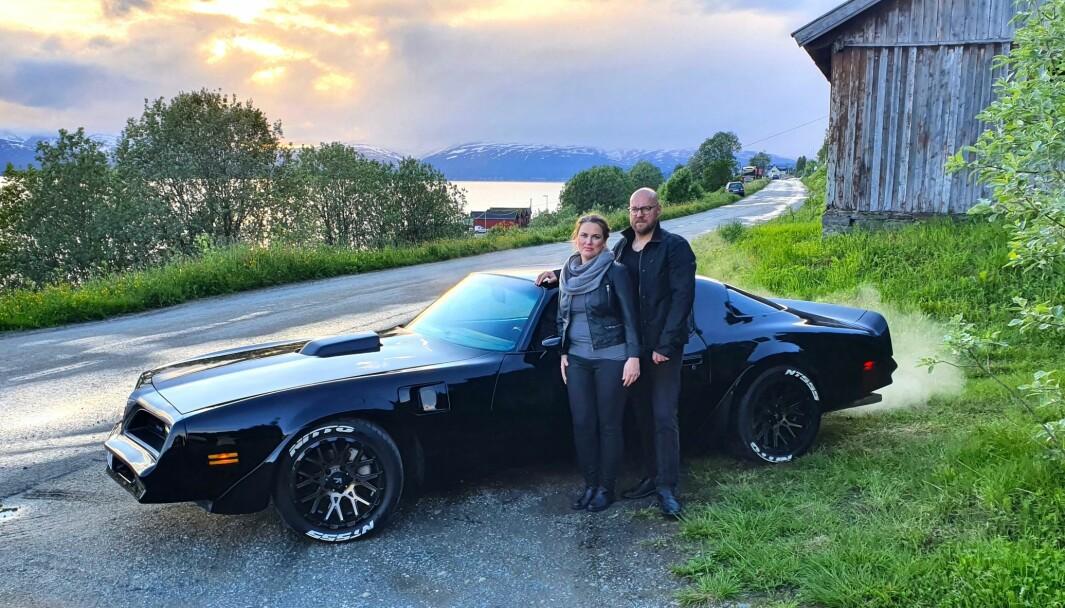 SVART MAGI: Pontiac Trans Am-entusiastene Sigurd Sagatun og samboer Marita Pedersen i Tromsø har valgt en klassisk muskelbil-look: helsort tvers igjennom.