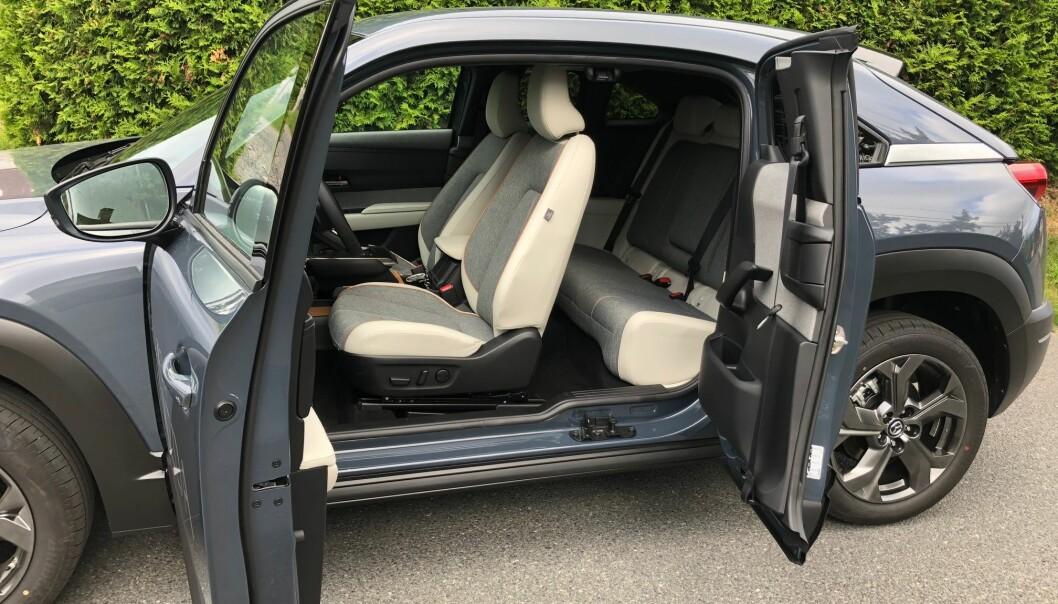 """<span class="""" font-weight-bold"""" data-lab-font_weight_desktop=""""font-weight-bold"""">UTRADISJONELL: </span>Dørløsningen i Mazda MX-30 er ulik alle andre modeller på markedet. Ett av flere eksempler på en produsent som ønsker å gå sine egne veier."""