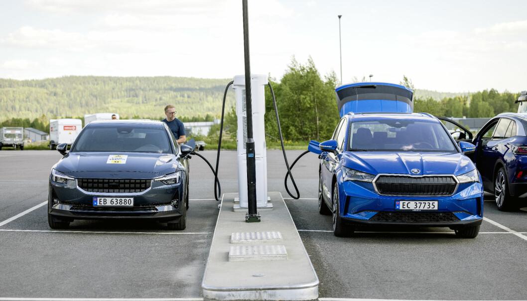 """<span class="""" font-weight-bold"""" data-lab-font_weight_desktop=""""font-weight-bold"""">TOPP 10: </span>Polestar 2 (t.v.) er Norges niende mest solgte bil så langt i år, knepent foran Skoda Enyaq (t.h.)."""