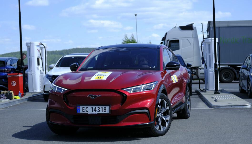ENKLERE: Ford Mustang Mach-E blir smidigere ved ladestolpene til Ionity.