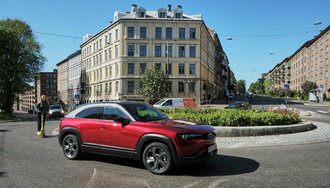 """<span class="""" font-weight-bold"""" data-lab-font_weight_desktop=""""font-weight-bold"""">MOTORLYD:</span> Mazda MX-30 gir fra seg en innvendig motorlyd, dempet men hørbart, som fra en nydelig sekssylindret bensinmotor. Dette skal gi føreren en naturlig følelse av fartsøkning, men også gjøre overgangen til elbil smidigere."""