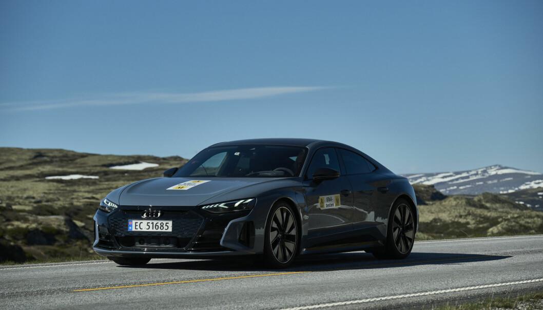 """<span class="""" font-weight-bold"""" data-lab-font_weight_desktop=""""font-weight-bold"""">TOTRINNSRAKETT: </span>I to av tre kjøremodi (Efficiency og Comfort) i Audi e-tron GT, kjører man i andregir, men girer ned til førstegir ved kickdown. I det tredje moduset (Dynamic) ligger bilen konstant i førstegir."""