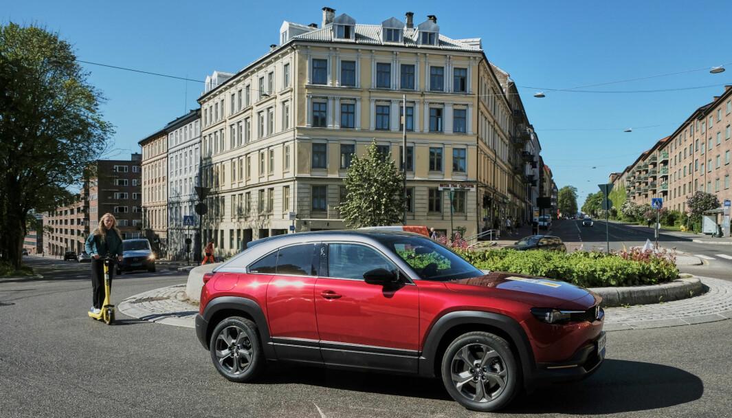 REDUKSJON: En utslippsfri Mazda MX-30 på vei gjennom Alexander Kiellands plass i sentrum av Oslo.