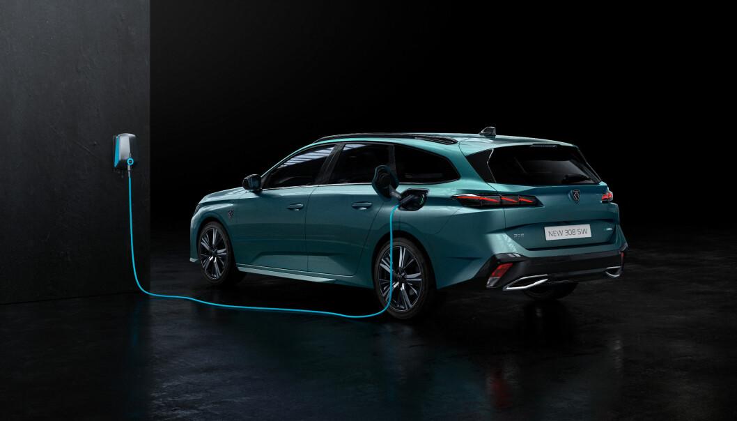 SEKS MIL: Peugeot 308 skal klare opptil 60 kilometer på strøm. Stasjonsvognen kommer på nyåret.