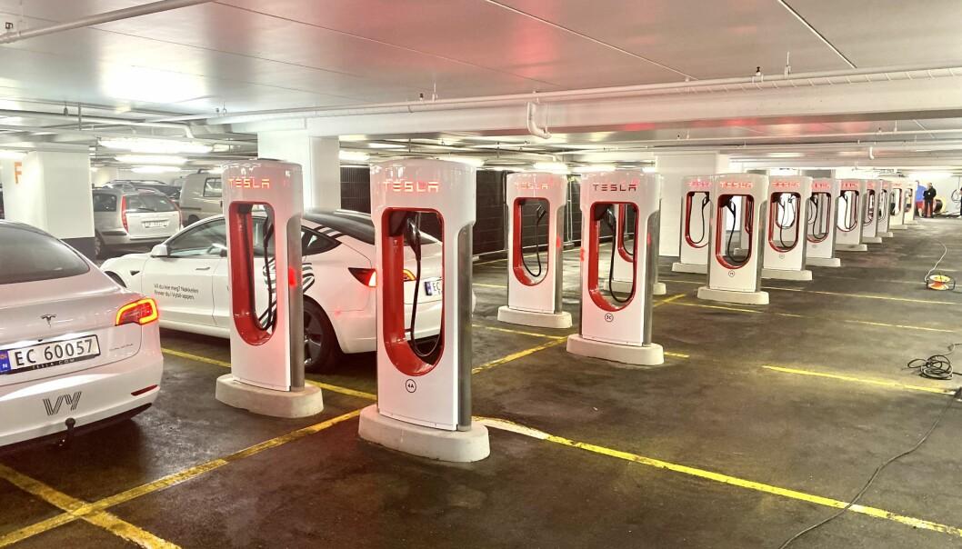 LADERKØ: 18 ladestolper venter Tesla-eierne ved deres nye Supercharger-anlegg i Oslo.