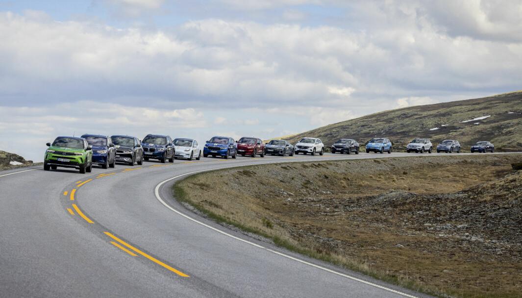 UT PÅ TUR: 14 av bilene i sommerens rekkeviddetest på vei over Rondane.
