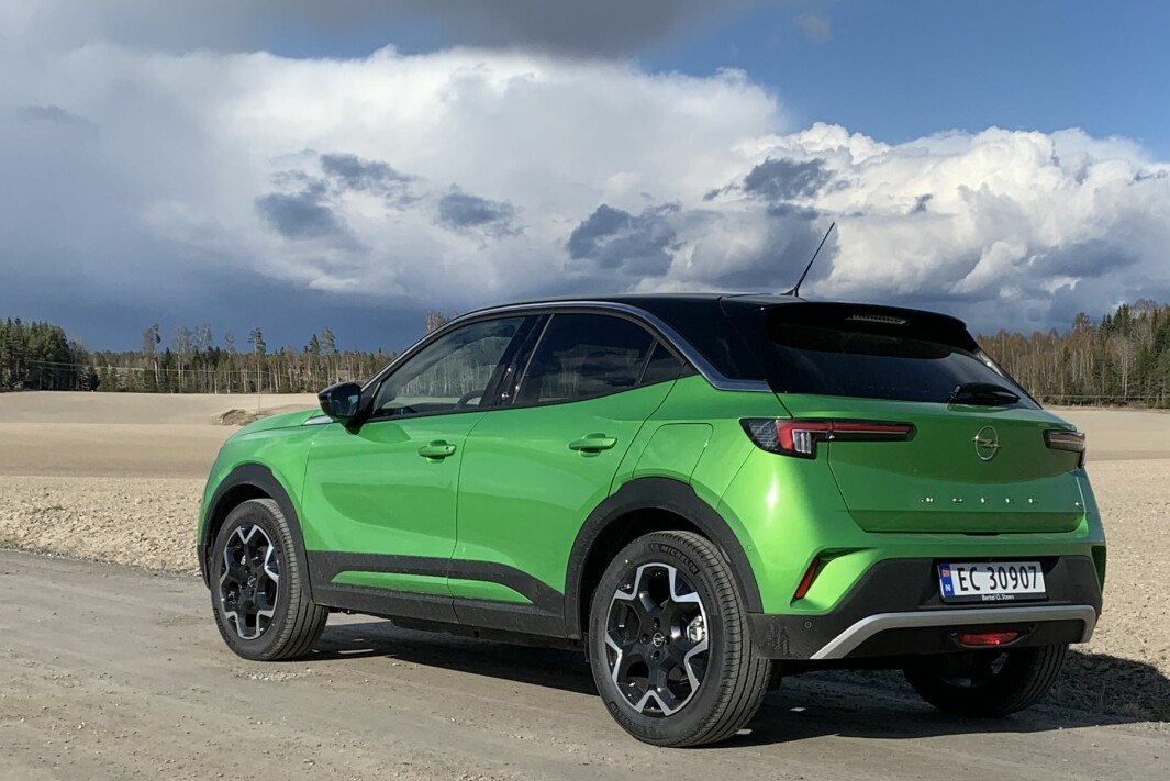 "<span class="" font-weight-bold"" data-lab-font_weight_desktop=""font-weight-bold"">SUV-STIL:</span> Opels lille el-crossover kan skilte med en bakkeklaring på 19,4 cm."