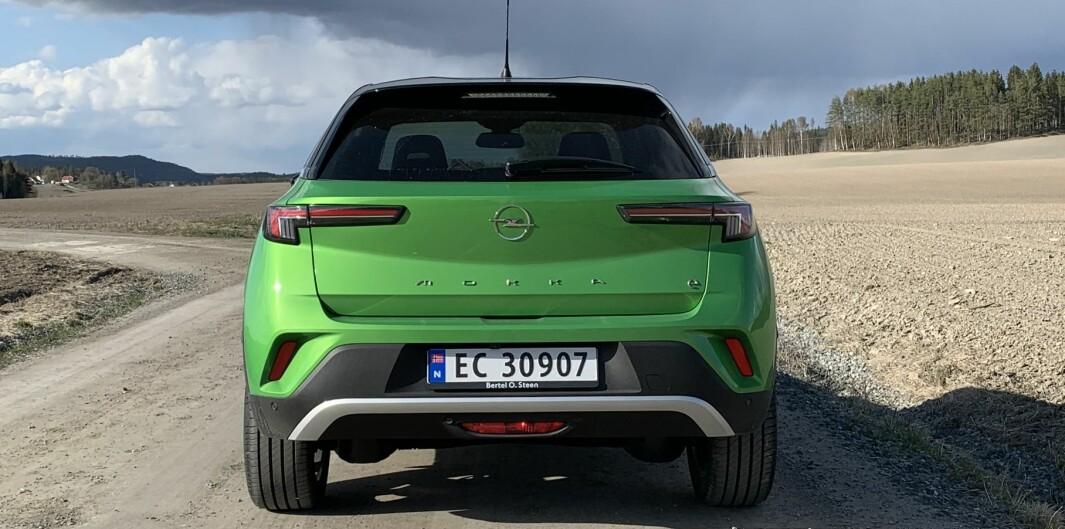 MER ANONYM: Hekken uttrykker ikke så mye mer enn «Opel», takket være den store logoen mellom baklyktene, og modellnavnet.