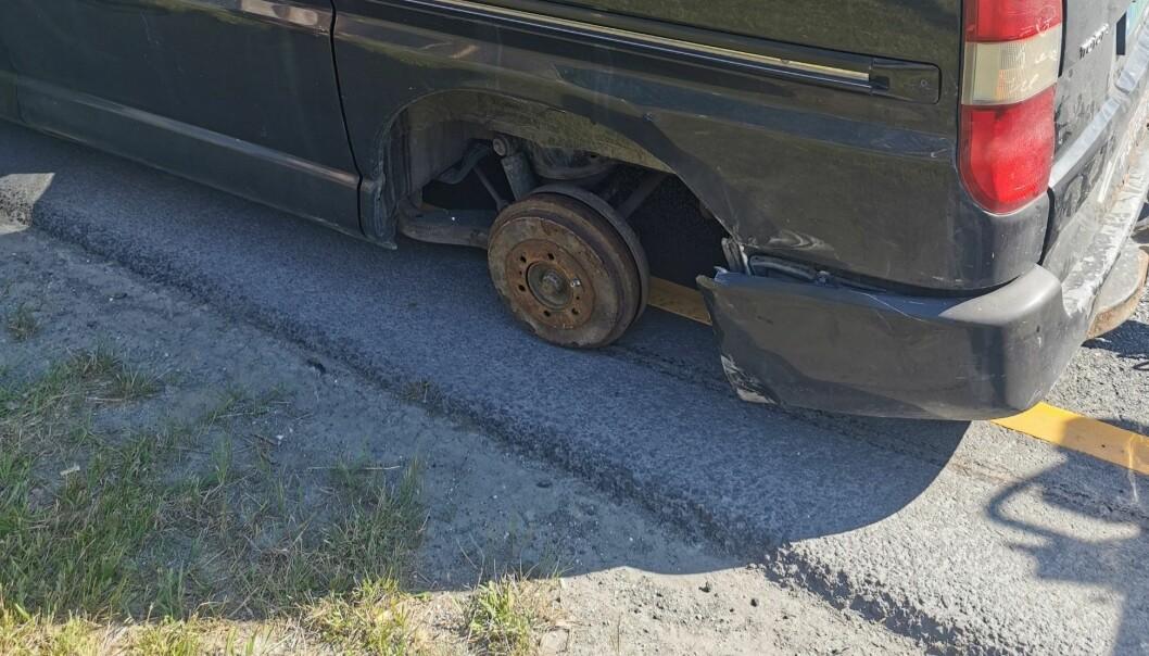 """<span class="""" font-weight-bold"""" data-lab-font_weight_desktop=""""font-weight-bold"""">FALT NED: </span>Det ble bråstopp for sjåføren i varebilen da venstre bakhjul falt av."""