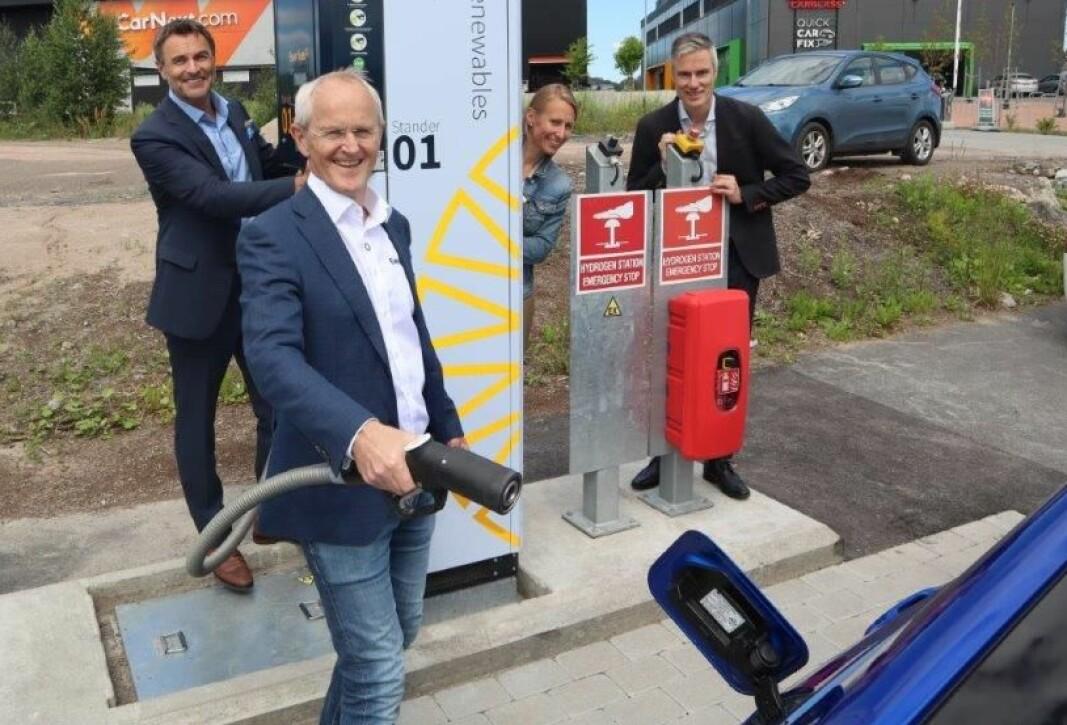 NY FYLLESTASJON: Helge Holen, sjef for forretningsutvikling i Everfuel, holder hydrogenpistolen under åpningen av Everfuels nye fyllestasjon på Hvam nord for Oslo.