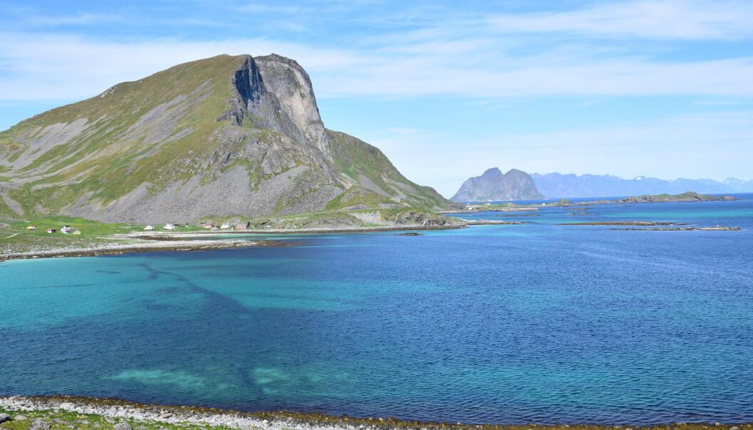"""<span class=""""font-weight-bold"""" data-lab-font_weight_desktop=""""font-weight-bold"""">MEKTIG NATUR:</span> Skjersvika mot Nordlandsnipen på Værøy."""