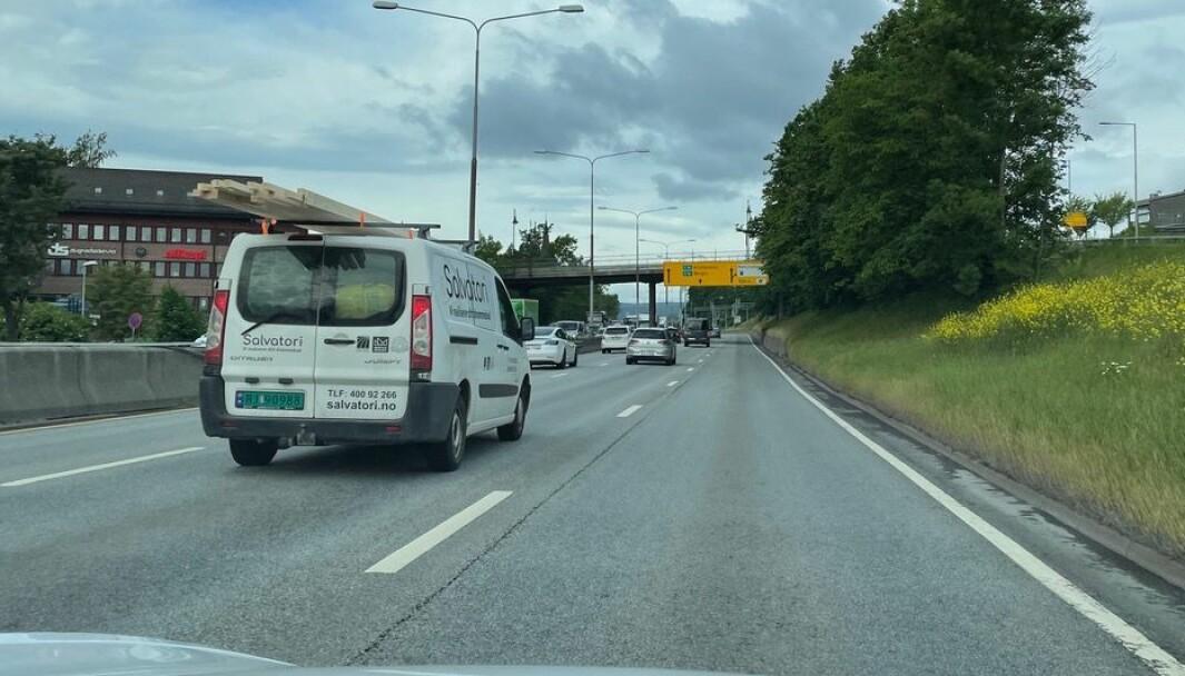 FRITT FRAM: Klar bane i høyre fil på E18 ved Høvik. Men reglene er klare: Du skal holde til høyre, når det er mulig.