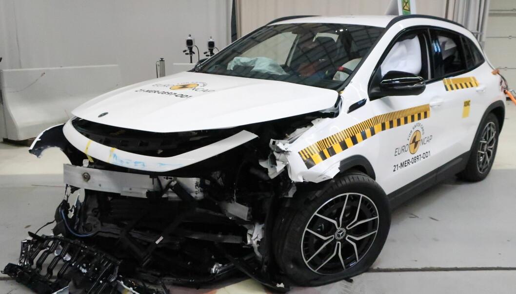 """<span class="""" font-weight-bold"""" data-lab-font_weight_desktop=""""font-weight-bold"""">STJERNESMELL: </span>Det er ikke bare i grillen Mercedes EQA har en stjerne. Den har også fem av dem hos Euro NCAP. Sånn så den nye elbilen ut etter krasjen."""