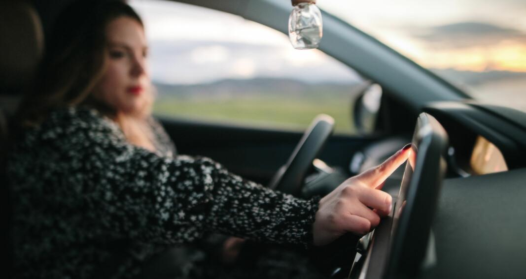 Fiklet med berøringsskjerm i bilen – tapte 100.000 kroner
