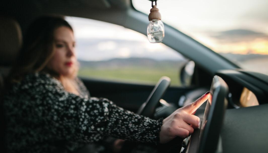 KAN KOSTE DYRT: Noen sekunders fikling med berøringsskjermen kan være skjebnesvangert når du kjører.