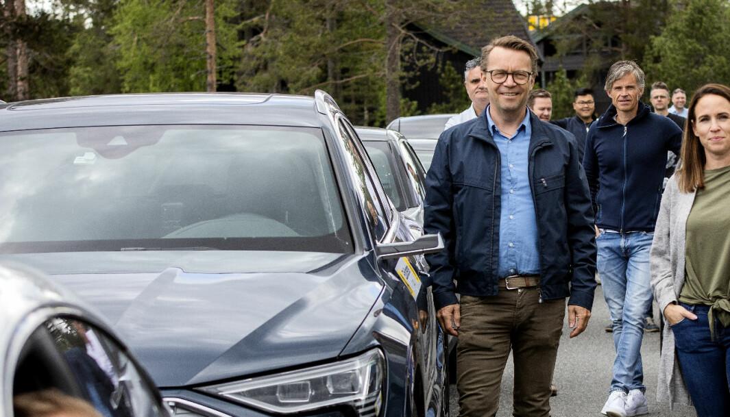 """<span class=""""font-weight-bold"""" data-lab-font_weight_desktop=""""font-weight-bold"""">LADESPESIALIST:</span> Jan Tore Gjøby, her fotografert ved døra på en Audi e-tron han kjørte i Motor og NAFs rekkeviddetest i fjor sommer."""