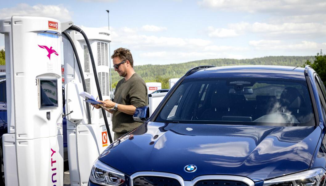 """<span class=""""font-weight-bold"""" data-lab-font_weight_desktop=""""font-weight-bold"""">LADER SOM LOVET:</span> Ved Ionitys ladestolpe ladet vi iX3 fra 10 til 80 prosent ladetilstand på 34 minutter og 25 sekunder. 25 minutters lading gir med det 354 kilometer rekkevidde. Det plasserer bilen i det øverste sjiktet, bare slått av Audi e-tron GT, Hyundai Ioniq 5 og Tesla Model 3."""