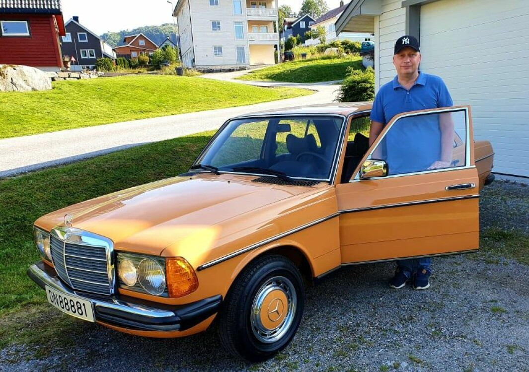 """<span class=""""font-weight-bold"""" data-lab-font_weight_desktop=""""font-weight-bold"""">ORANSJE OG GLAD: </span>Henning Nilssons Mercedes-Benz 230 er et sjeldent veloppdragent eksemplar som nærmest framstår som fabrikkny etter 45 år."""