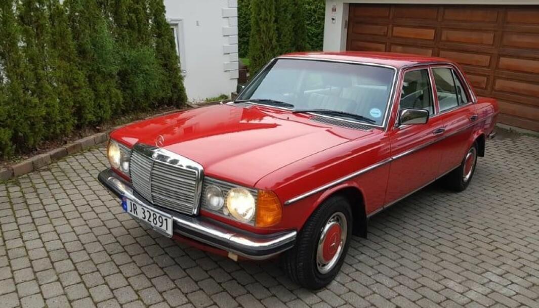 """<span class=""""font-weight-bold"""" data-lab-font_weight_desktop=""""font-weight-bold"""">RØDGLØDENDE: </span>Blant Henning Nilssons mange Mercedes W123 finnes også en 300D som er produsert ved fabrikken i Sør-Afrika."""