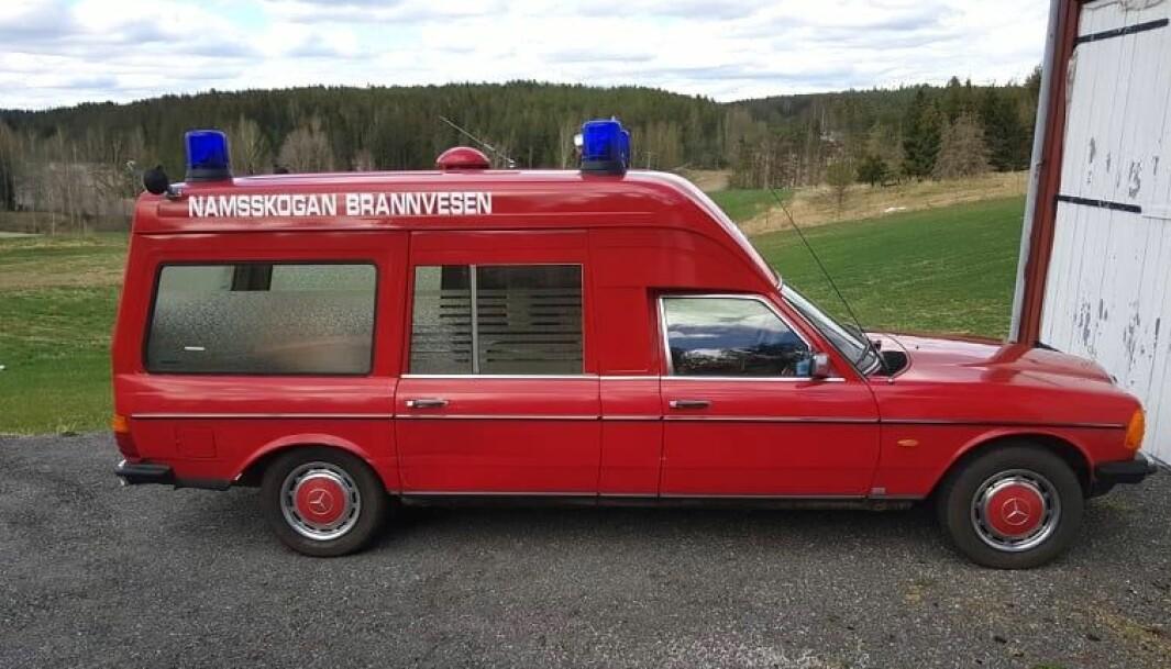 """<span class=""""font-weight-bold"""" data-lab-font_weight_desktop=""""font-weight-bold"""">BRANNFAKKEL:</span> Brannvesenet i Namsskogan i Trøndelag brukte denne ombygde Binz Ambulanse helt fra 1991 til 2019 – da Henning Nilsson kom på banen for å kjøpe den tidligere rullende sykestua."""