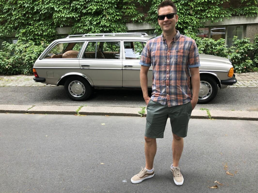 """<span class=""""font-weight-bold"""" data-lab-font_weight_desktop=""""font-weight-bold"""">MÆRSJEMANN: </span>Didrik Lilja i Oslo ratter muligens en av de aller siste Mercedes-Benz 200T W123 «Edelwagen» som ble skrudd sammen på fabrikken i Tyskland. Bensinbilen med velholdt interiør og utvendig lakk framstår som ekstra gild og attraktiv."""