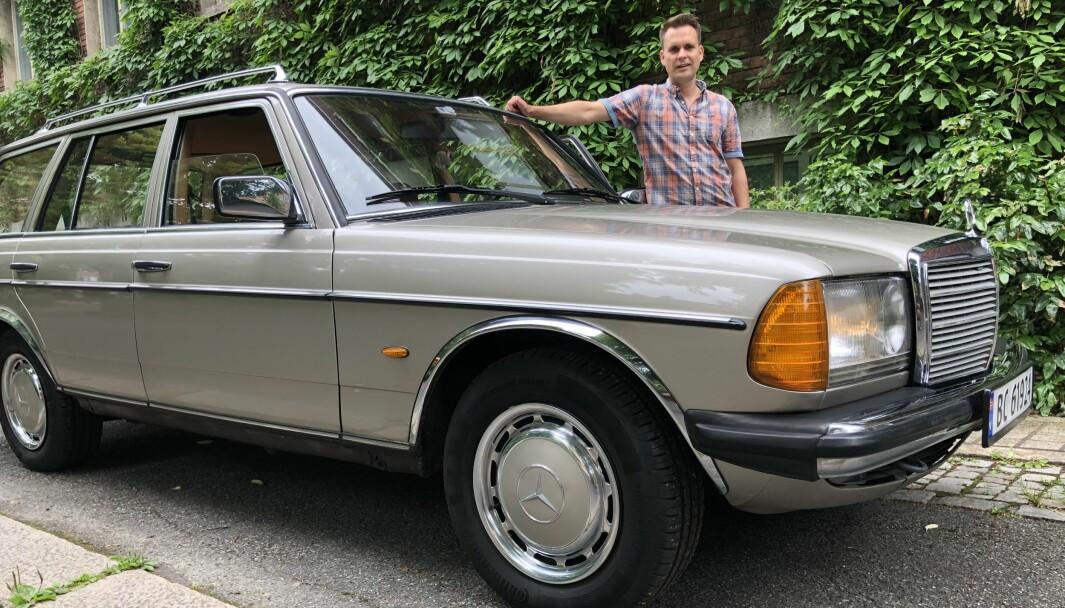 MEKTIG MÆRSJE: Didrik Lilja i Oslo skjøtter en spesielt velholdt Mercedes-Benz 200T han har overtatt etter bestefaren, som kjøpte bilen i 1985.