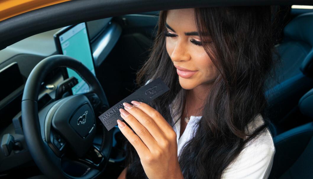 """<span class="""" font-weight-bold"""" data-lab-font_weight_desktop=""""font-weight-bold"""">NYTES: </span>Duften av bensin og litt annet både bil- og dyrerelatert, skal kunne nytes av de fleste neser."""