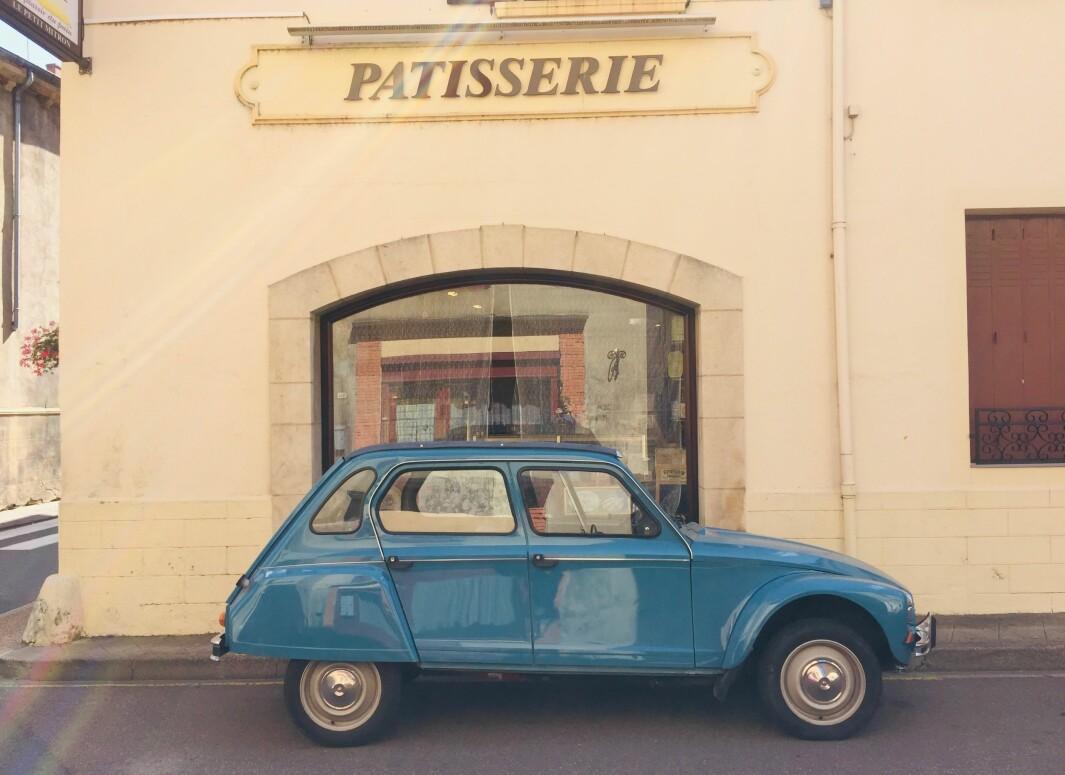 """<span class=""""font-weight-bold"""" data-lab-font_weight_desktop=""""font-weight-bold"""">BRØDBILEN:</span> PÅ franske landsbygda er dagens første gjøremål storinnkjøp av brød og kaker. 2 CV-baserte Citroën Dyane, produsert fra 1968 til langt utpå 1980-tallet, rommer matrasjonen fram til lønsj."""