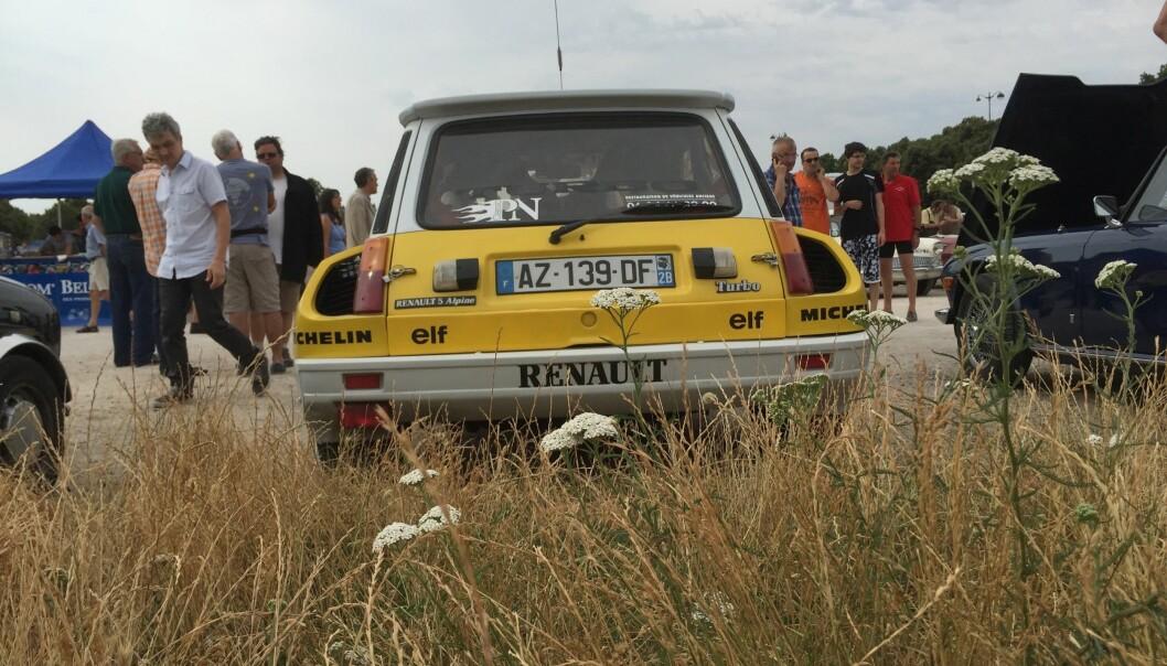 """<span class=""""font-weight-bold"""" data-lab-font_weight_desktop=""""font-weight-bold"""">BREDDEIDRETT:</span> Renault 5 Turbo er så bred som den kan få blitt: På slutten av 1970-tallet tok Frankrikes største bilfabrikk sin sylsmale, suksessrike småbil og monterte turbo og tidenes verste, vakre skjermbreddere."""