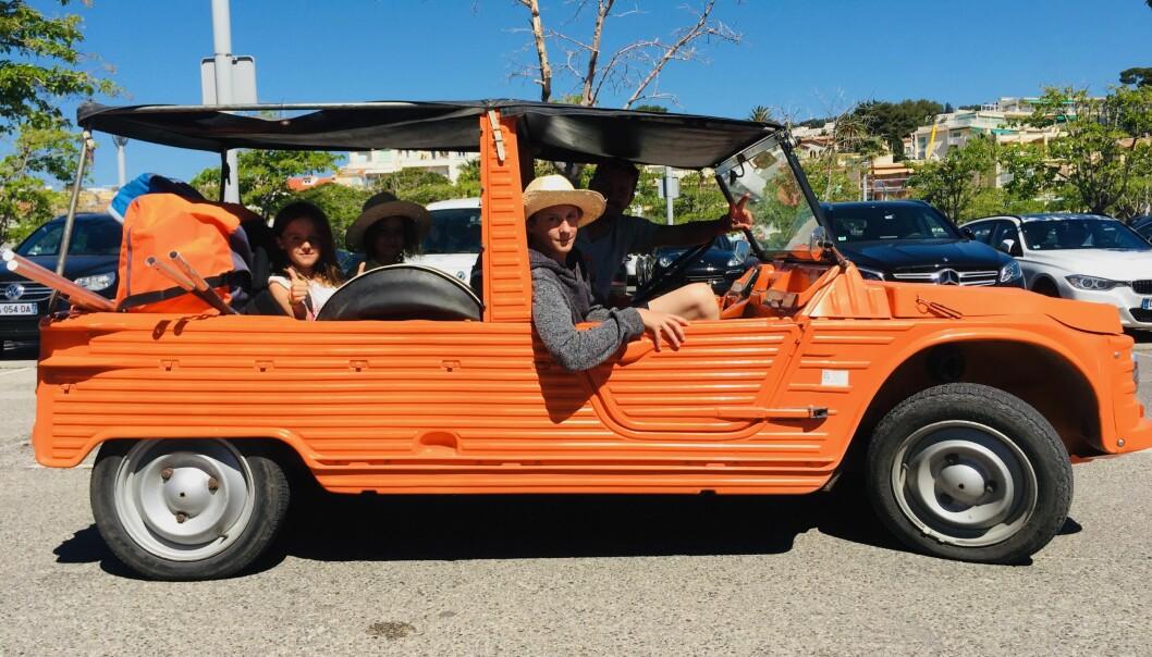 ORANGUTANG: En av bilene på strandområdets p-plass oser mer feriefølelse enn alle de andre tilsammen: For få år siden var Citroën Méhari knapt verd 10.000 kroner – nå får du neppe et ålreit eksemplar under 120.000.