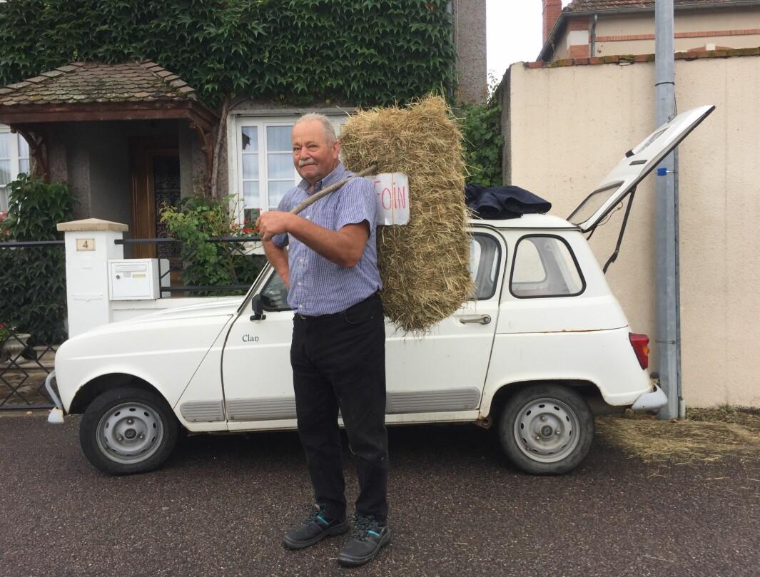 """<span class=""""font-weight-bold"""" data-lab-font_weight_desktop=""""font-weight-bold"""">HØY PÅ LANDET:</span> Mandag er markedsdag i landsbyen Marcigny i Burgund: denne herren er eneste som selger høy – rett fra sin uslitelige Renault 4s bagasjerom."""