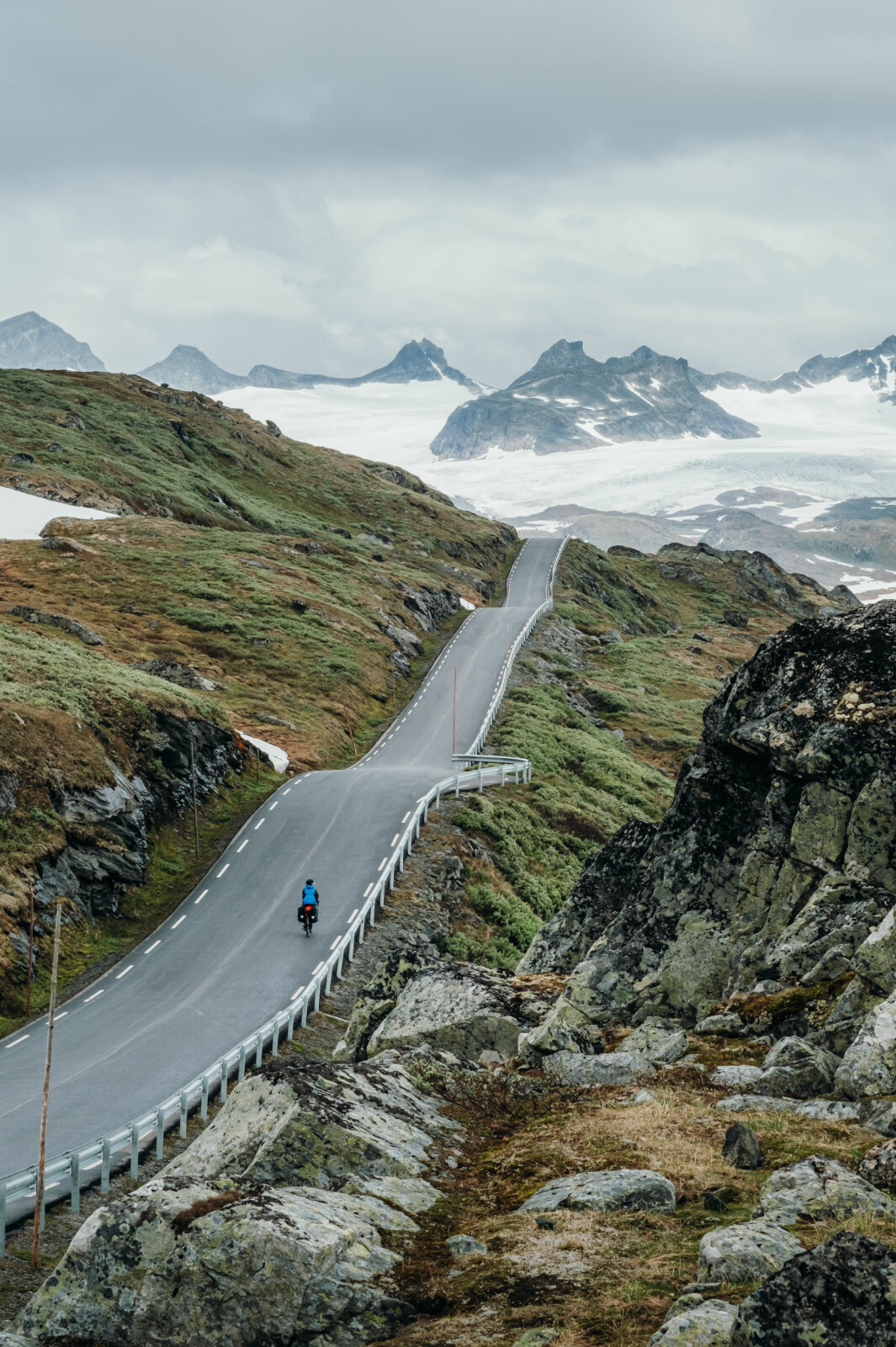 """<span class=""""font-weight-bold"""" data-lab-font_weight_desktop=""""font-weight-bold"""">JOTUNHEIMEN: </span>Veien over Sognefjellet."""