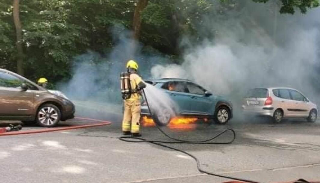 IKKE OFTERE: Elbilbranner er ofte som andre bilbrannerm men en sjelden gang tar det fyr i batteriene, som her. Og da blir det mer dramatisk.