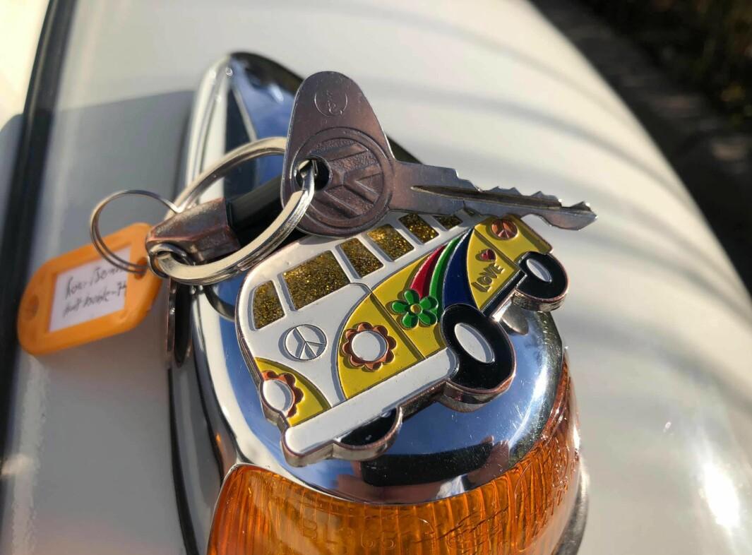 """<span class=""""font-weight-bold"""" data-lab-font_weight_desktop=""""font-weight-bold"""">GULLNØKKEL: </span>Roar Berntsen har bilnøkler med påskrift «Roar Berntsen – hvit Boble '74» – her perfekt balansert på toppen av blinklys med forskjermen."""