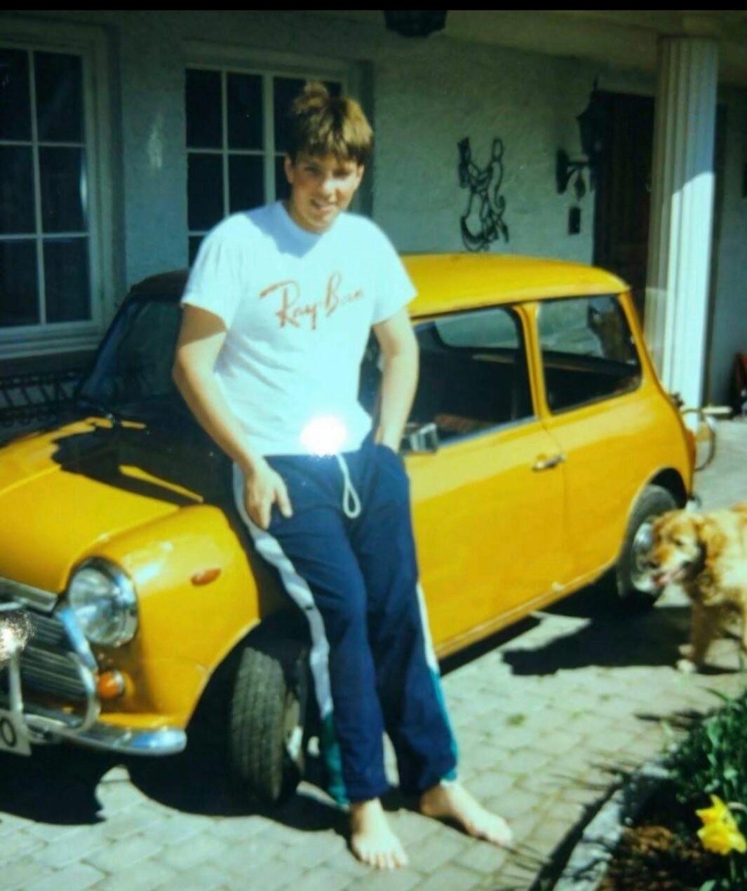 """<span class=""""font-weight-bold"""" data-lab-font_weight_desktop=""""font-weight-bold"""">FØR…: </span>Bjørn Vidar Lazar Braathen i april 1994 med sin første bil, en Mini 850. Eiendomsmegleren i Kolbotn i Nordre Follo har hatt mange hobbybiler, men det engelske knøttet vekker spesielle minner – også fra tiden før han tok lappen."""