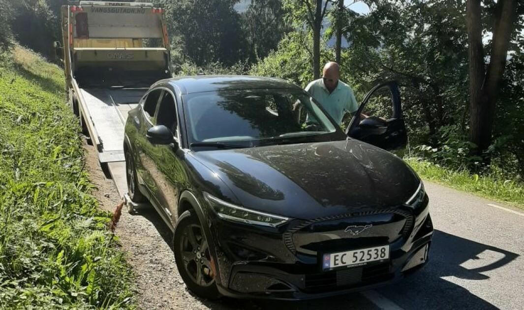 FULL STANS: Her blir Bjørn Slettvoll og hans Mustang Mach-E berget i Aurlandsdalen.