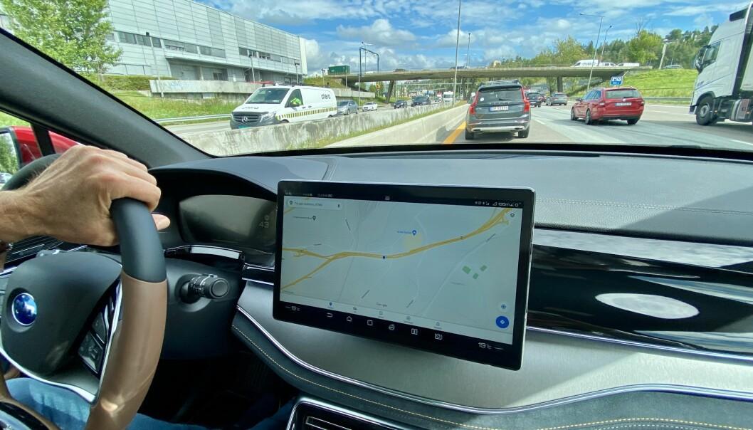 """<span class="""" font-weight-bold"""" data-lab-font_weight_desktop=""""font-weight-bold"""">KOMFORT:</span> Ute i trafikken sitter man høyt og luftig, med bra oversikt over både trafikken og instrumentene."""
