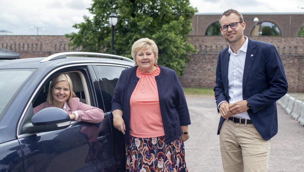 I REVERS: Venstre-leder Guri Melby, statsminister Erna Solberg (H) og KrF-leder Kjell Ingolf Ropstad lover at det ikke skal bli dyrere å kjøre bil på bygda dersom de vinner valget til høsten.
