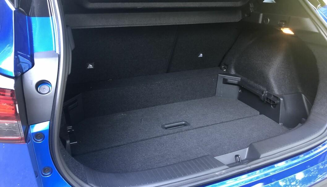 """<span class="""" font-weight-bold"""" data-lab-font_weight_desktop=""""font-weight-bold"""">STØRRE:</span> Et noe dypere bagasjerom har gitt 74 ekstra liter. Totalvolum på 504 er bra for en bil i denne størrelsen."""