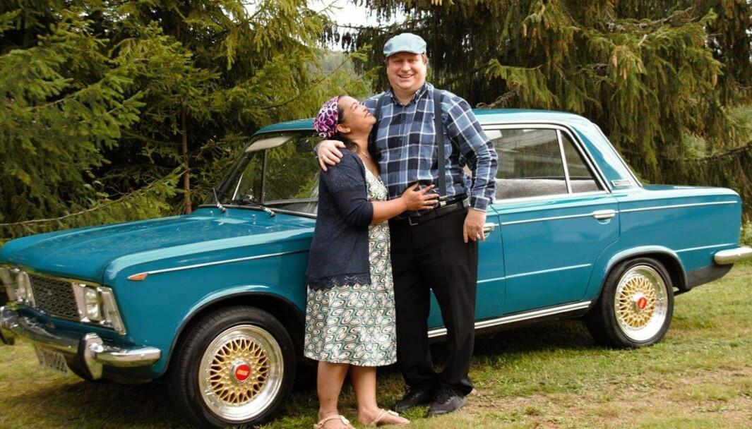 PAR I HJERTER: Somjit og Dag Erik Lindberg omfavner en Fiat 125 som duoen bruker til hyggeturer i Hedmark. Bilen er en arv som Dag Eriks oldefar kjøpte ny i 1969.