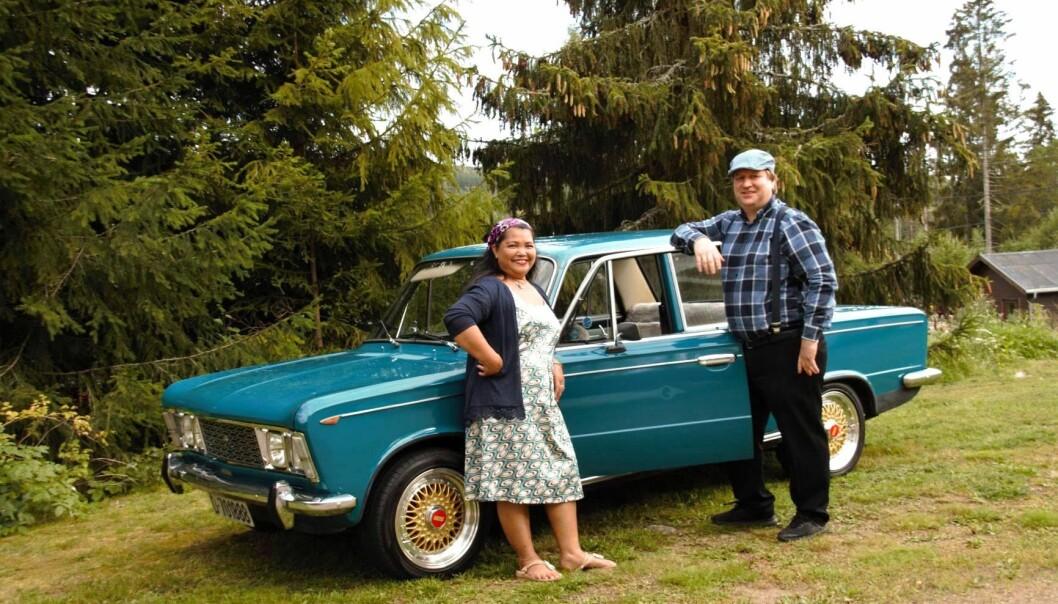 """<span class=""""font-weight-bold"""" data-lab-font_weight_desktop=""""font-weight-bold"""">ITALIENSK KOS:</span> Somjit og Dag Erik Lindberg kjører Fiat 125 fra 1969 som hans oldefar kjøpte ny hos Fiat-forhandleren på Kjellmyra i Hedmark, hvor paret – som har vært gift i over 20 år – også er bosatt."""