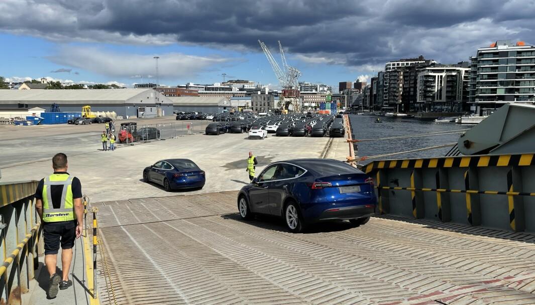 ELBIL-LANDET: Den første båtforsendelsen med Tesla Model Y kom til Oslo fredag.